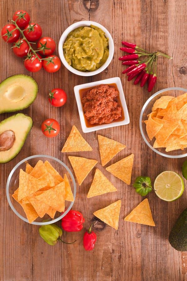 Microplaquetas do Guacamole e do nacho imagens de stock royalty free