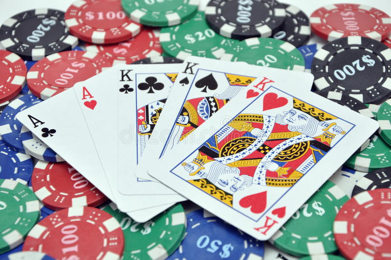 Microplaquetas do póquer & cartões da casa cheia fotografia de stock royalty free