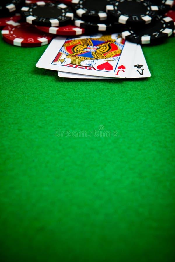 Microplaquetas do póquer com cartões fotos de stock royalty free