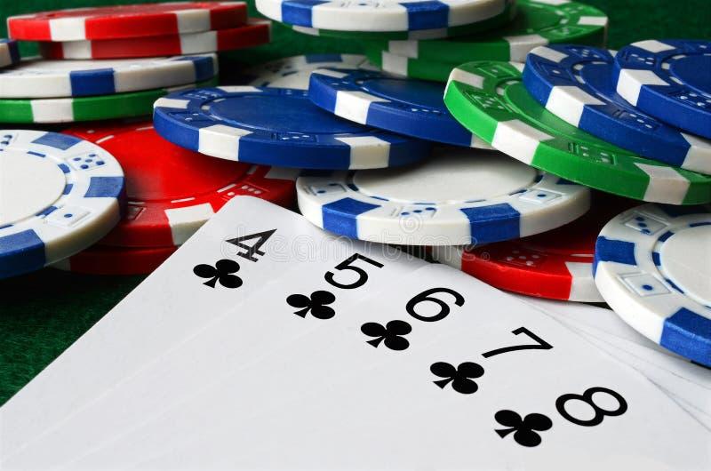 Microplaquetas do póquer e cartões de jogo imagens de stock royalty free