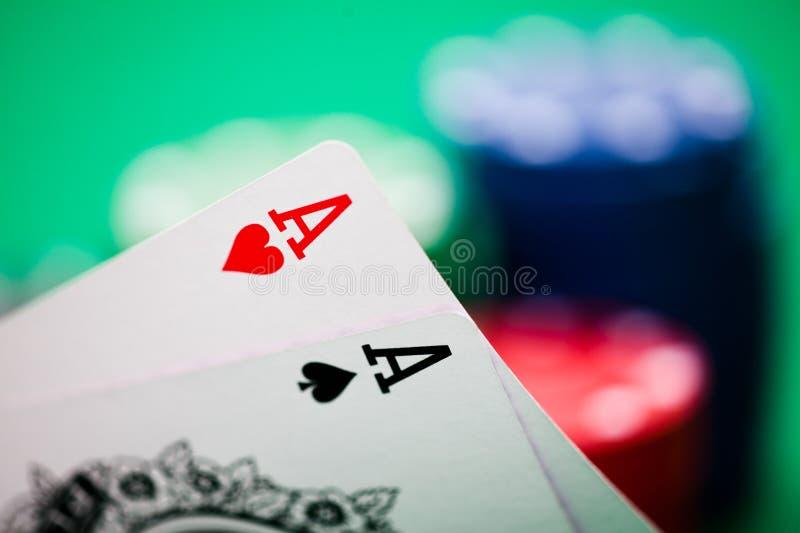 Microplaquetas e cartões de póquer fotografia de stock royalty free