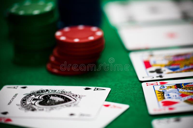 Microplaquetas e cartões de póquer imagem de stock royalty free