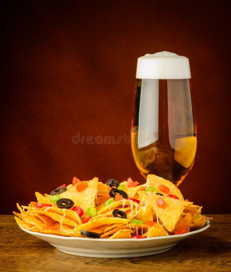 Microplaquetas e cerveja de tortilha fotografia de stock