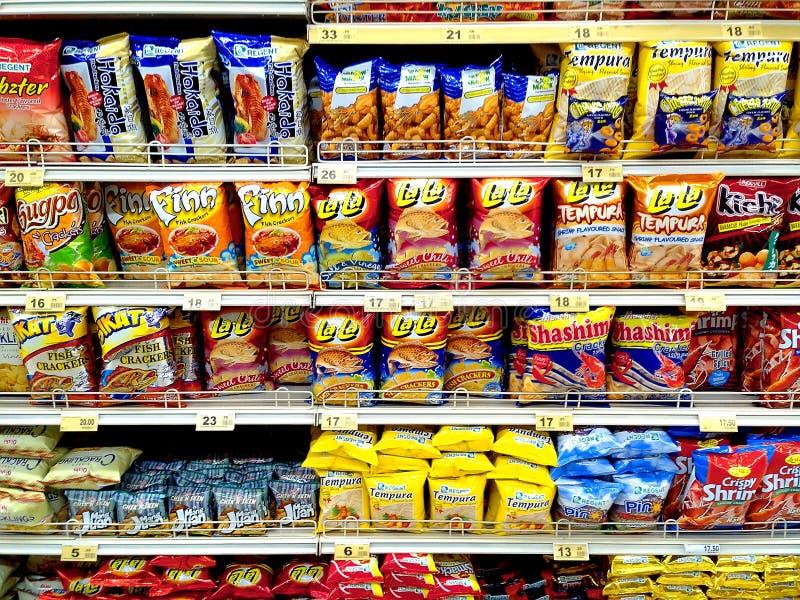 Microplaquetas e comida lixo vendidas em um mantimento fotos de stock