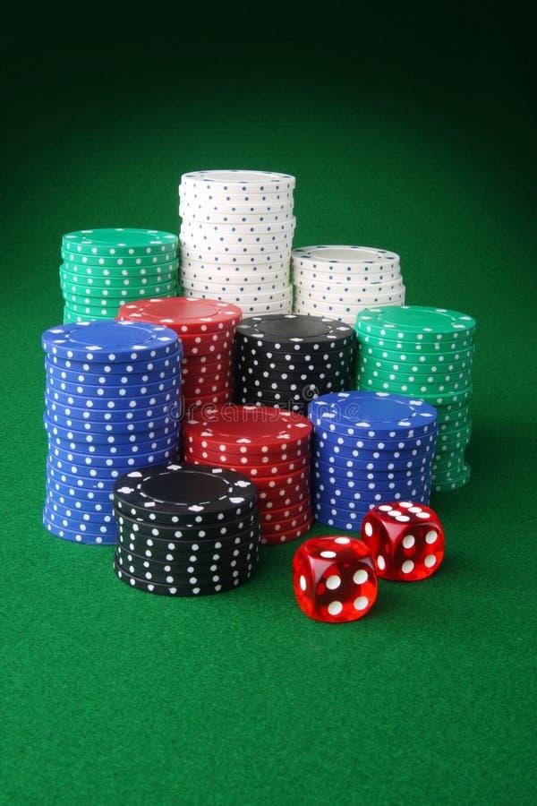 Microplaquetas e dados do casino fotografia de stock