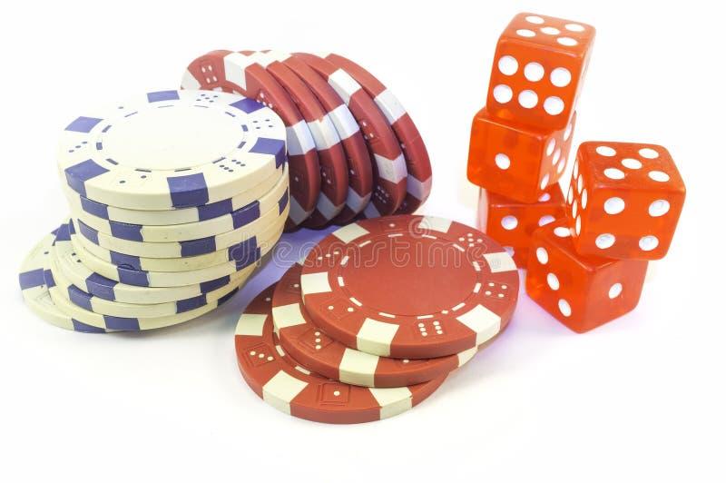 Microplaquetas e dados do casino Imagem da cor foto de stock royalty free