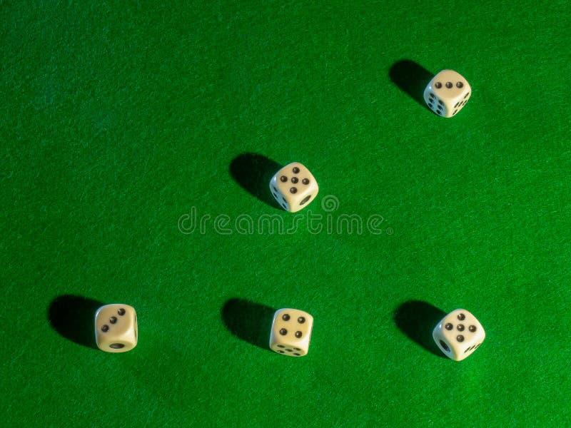 Microplaquetas e dados para jogar o vinte-e-um de jogo da roleta do pôquer da tabela e o resto foto de stock