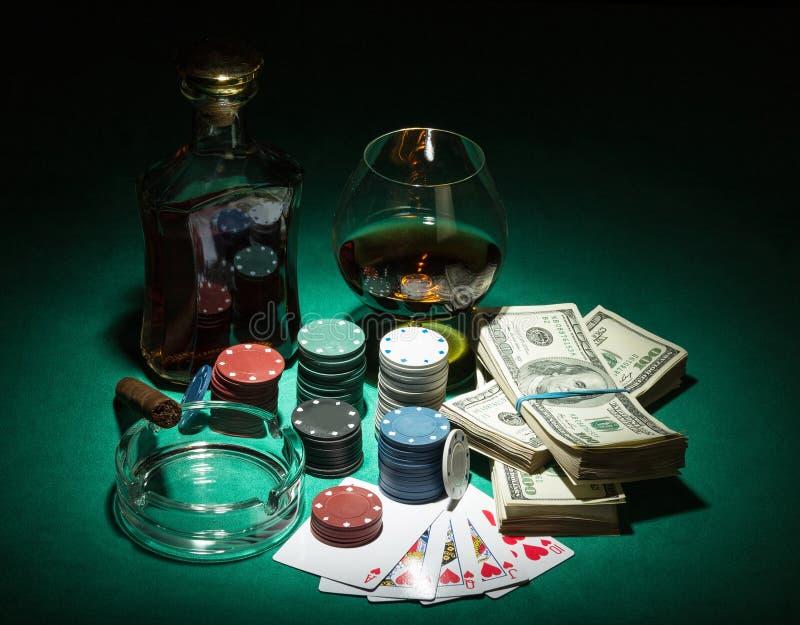 Microplaquetas e notas de dólar de pôquer fotos de stock