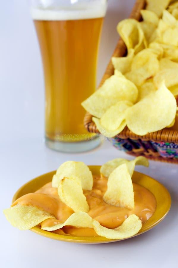 Microplaquetas, molho e cerveja foto de stock royalty free