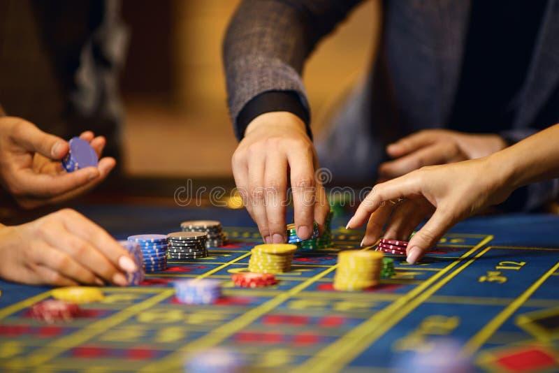 Microplaquetas nas mãos de um jogador em um casino fotografia de stock royalty free