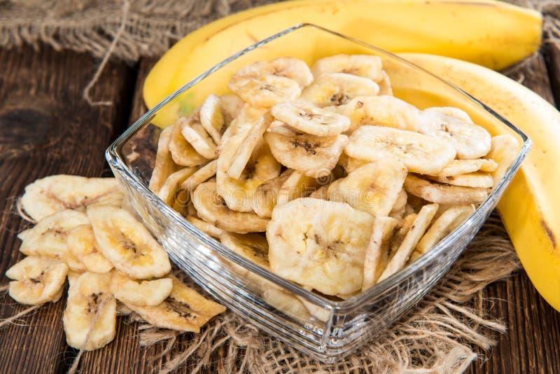 Microplaquetas secadas frescas da banana imagens de stock