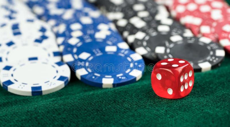 Microplaquetas vermelhas de jogo dos dados e do dinheiro fotografia de stock royalty free