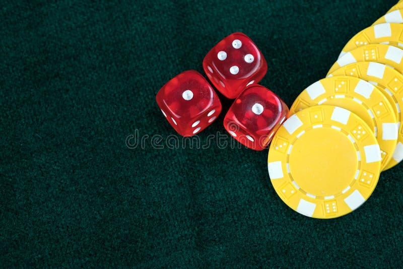 Microplaquetas vermelhas de jogo dos dados e do dinheiro fotografia de stock