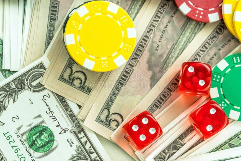 Microplaquetas vermelhas de jogo dos dados e do dinheiro fotos de stock royalty free