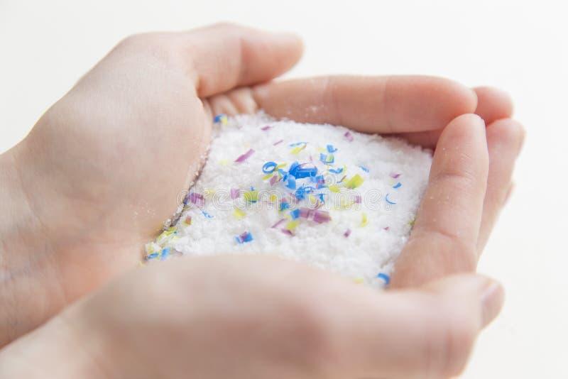 Microplastic частицы в соли загрязнение окружающей среды и океана стоковые изображения rf
