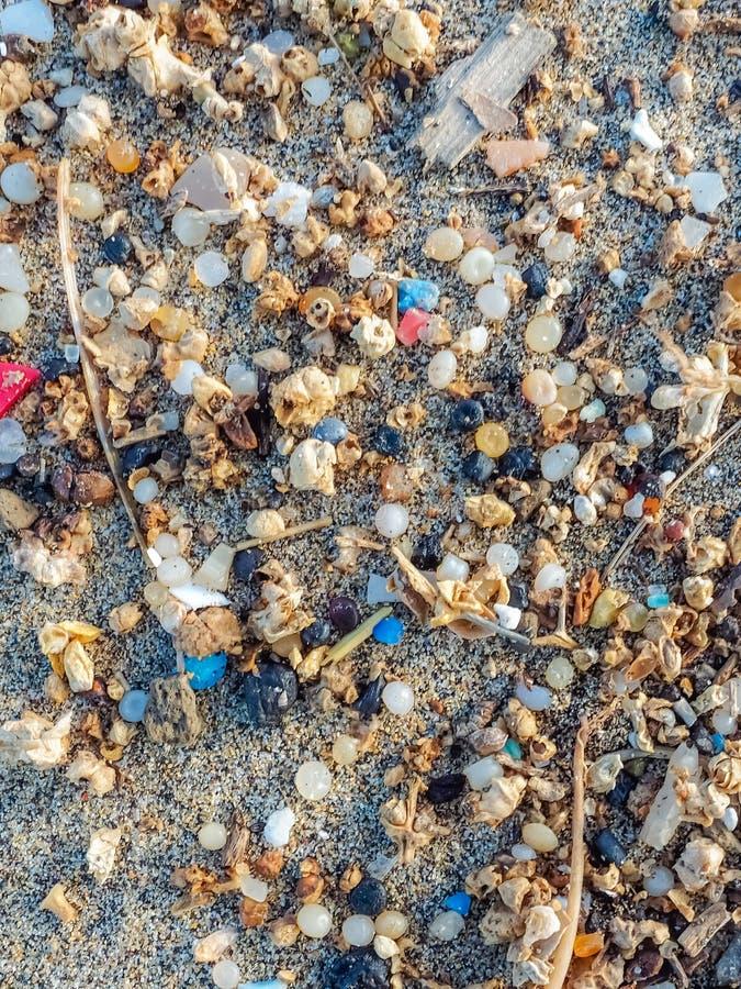 Microplastics ha trovato sulla riva di una spiaggia a Lanzarote Inquinamento del mare da plastica verticale immagini stock libere da diritti