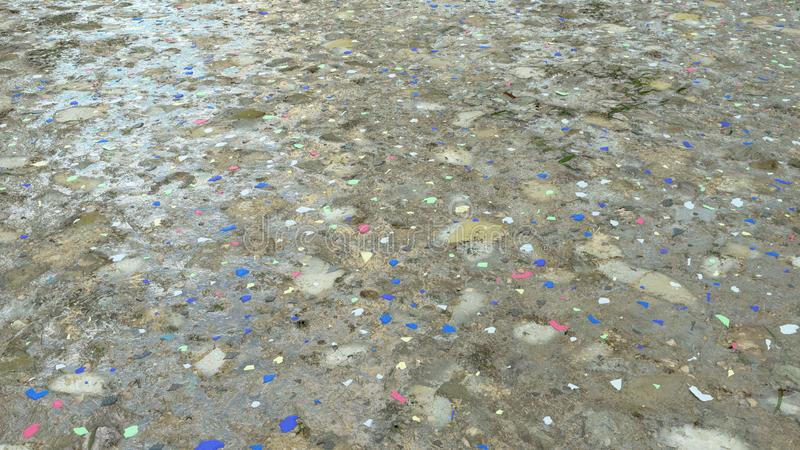 Microplastique sur le rendu de la plage 3D photo stock