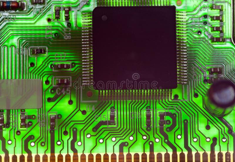 Microprocesador electrónico e inscripciones estándar de resistores y condensadores, pequeña profundidad de la agudeza imagen de archivo libre de regalías
