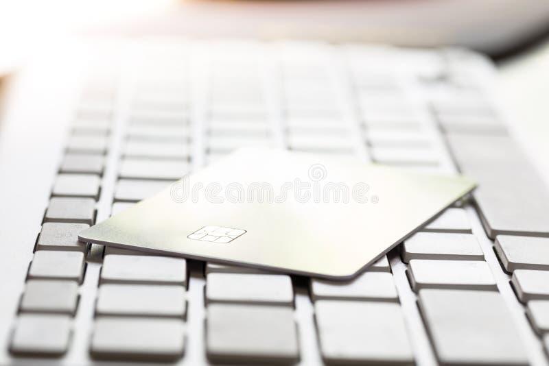 Microprocesador electrónico en tarjeta de crédito: Concepto de compras en línea fotografía de archivo