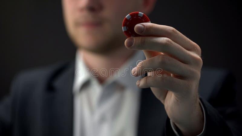 Microprocesador rojo del casino de la tenencia masculina joven a disposición, ocasión, oportunidad de la riqueza, juego foto de archivo
