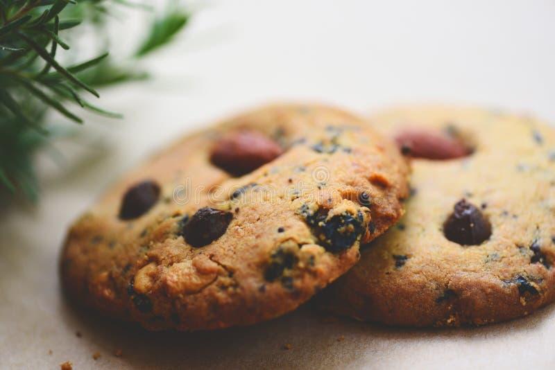 Microprocesador y nuez de chocolate de las galletas en la tabla foto de archivo libre de regalías