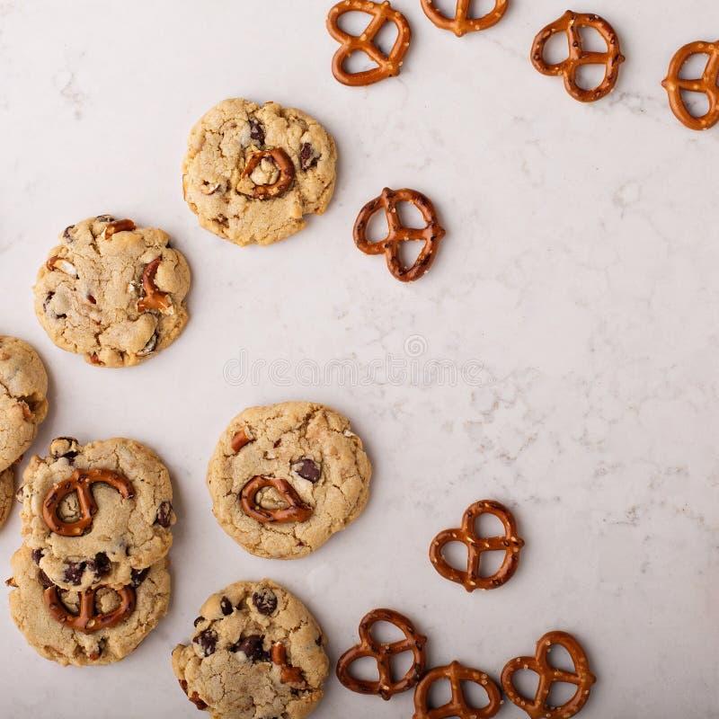 Microprocesadores de chocolate y galletas de los pretzeles en una tabla de mármol fotografía de archivo libre de regalías