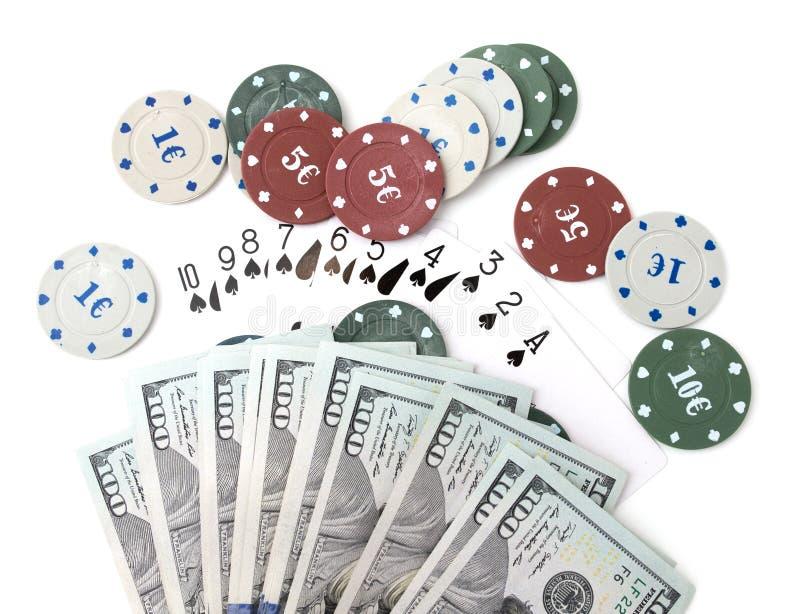 Microprocesadores del casino y tarjetas y cientos dólares en un fondo blanco foto de archivo libre de regalías
