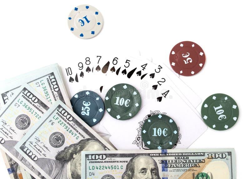 Microprocesadores del casino y tarjetas y cientos dólares en un fondo blanco imagen de archivo libre de regalías