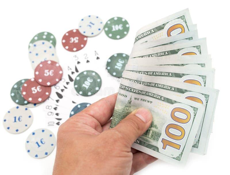 Microprocesadores del casino y tarjetas y cientos dólares en un fondo blanco fotos de archivo libres de regalías