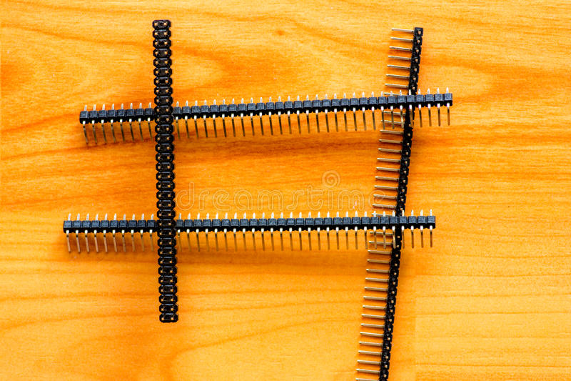 Microprocesadores electrónicos en piso de madera imagen de archivo libre de regalías