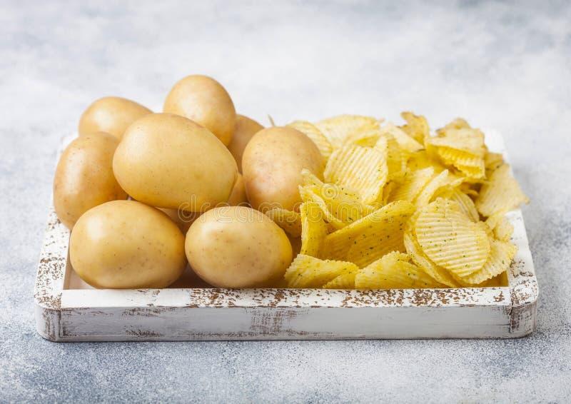 Microprocesadores hechos en casa orgánicos frescos de las patatas a la inglesa de patata con las patatas amarillas crudas en la  imagen de archivo libre de regalías
