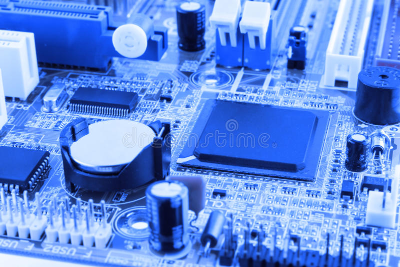 Microprocessador integrado do microchip do semicondutor no representante azul da placa de circuito da elevação - indústria da tec foto de stock