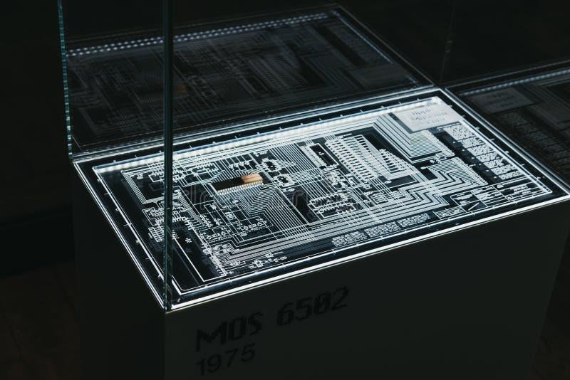 Microprocessore del MOS 6502 su esposizione dentro il museo di Apple a Praga, repubblica Ceca immagine stock
