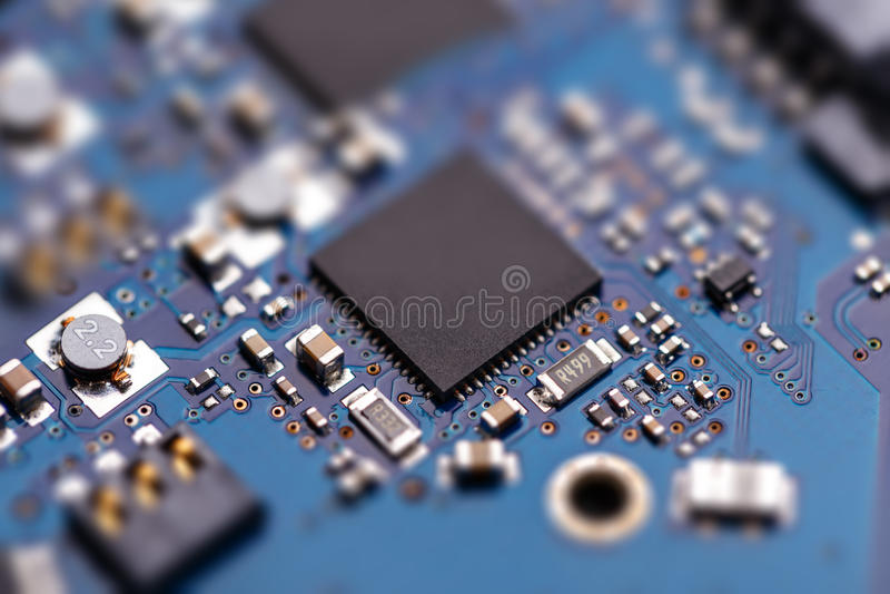 Microprochip na placa de circuito azul fotografia de stock