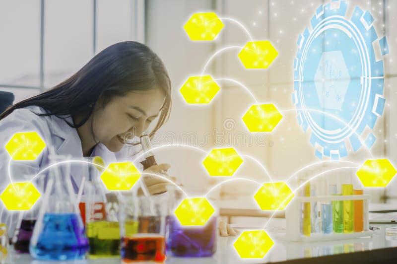 Microscópio do químico para testes de laboratório da química com ícones da química e relações amarelos, conceitos para melhorar a fotos de stock royalty free