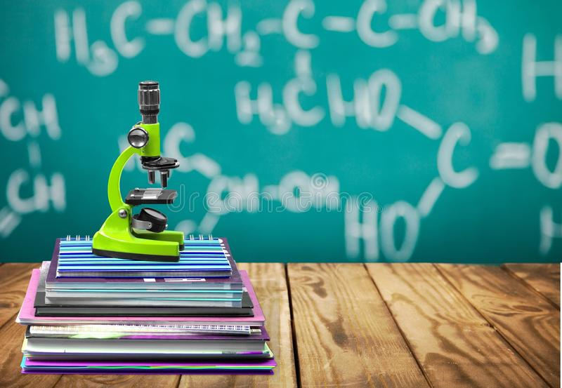 Microscópio e livros médicos, conceito da educação foto de stock royalty free