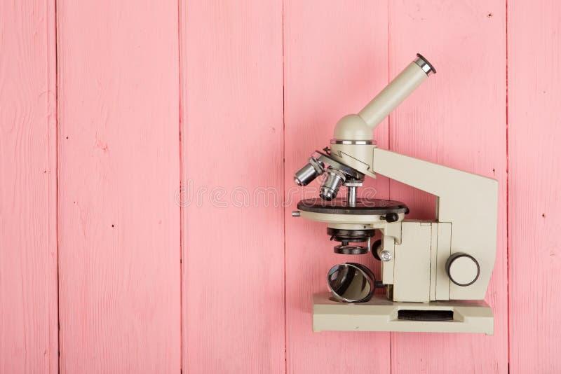 Microscópio na madeira cor-de-rosa foto de stock royalty free
