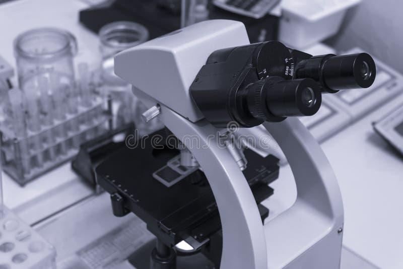 Microscópio na tabela no laboratório fotografia de stock