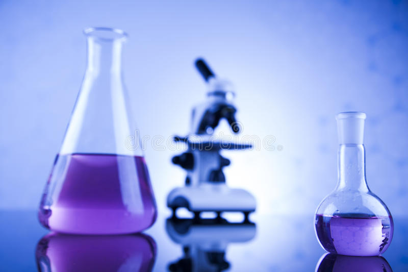 Microscópio no laboratório médico, na pesquisa e na experiência foto de stock royalty free