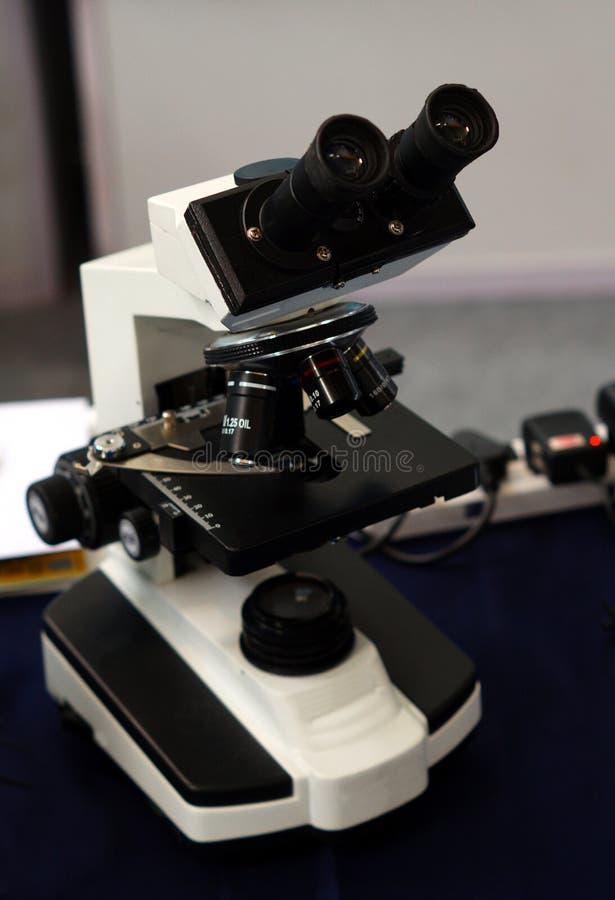 Microscópio para a análise da amostra de pacientes no hospita imagem de stock royalty free