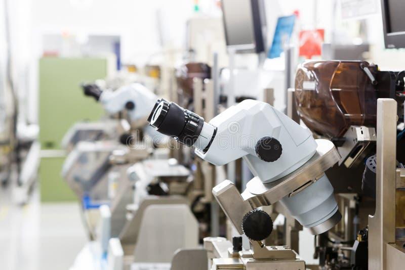 Microscópio para fabricar foto de stock