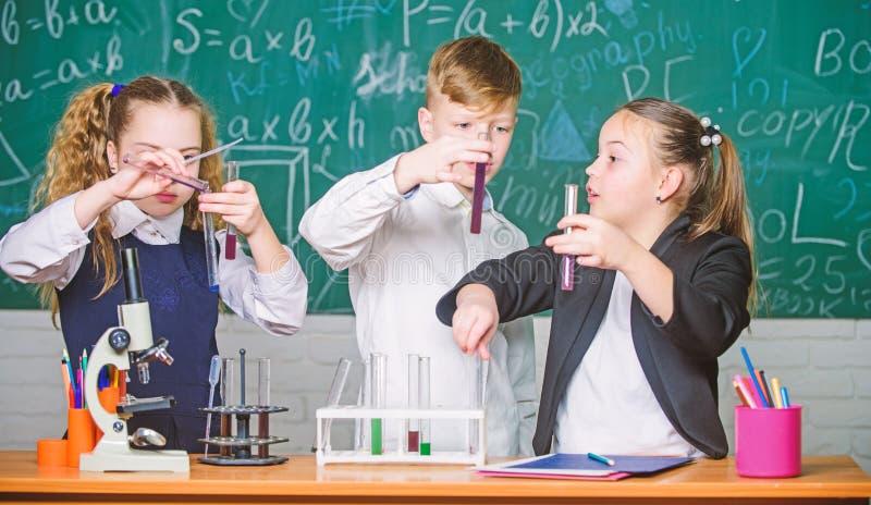 Microsc?pio do laborat?rio Estudante que prepara-se aos exames Microsc?pio da qu?mica Crian?as que aprendem a qu?mica no laborat? foto de stock