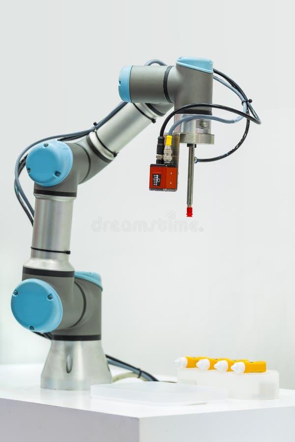Microscan toont industriële robotachtige machine aan gebruikend Visi royalty-vrije stock afbeelding