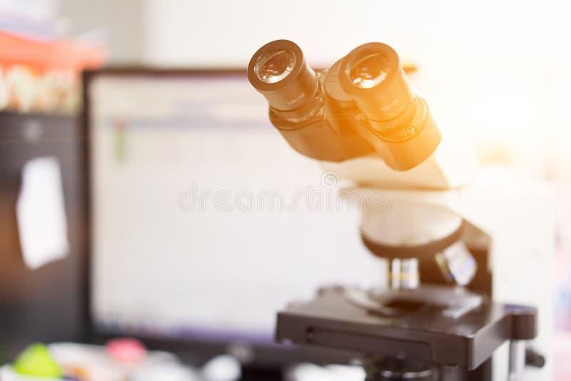 microscoop in een wetenschapslaboratorium om iets speciaal te vinden stock foto's