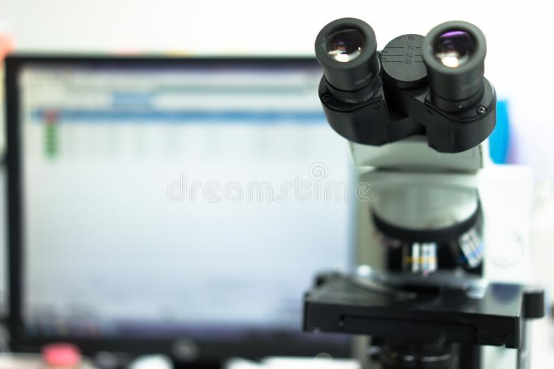 microscoop in een wetenschapslaboratorium om iets speciaal te vinden stock afbeeldingen