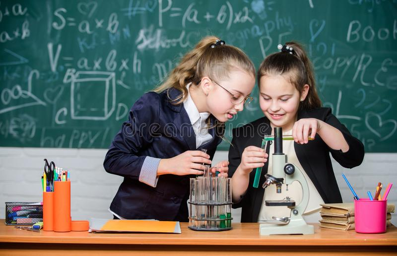 Microscoop en reageerbuizen op lijst Voer chemische reacties uit Basiskennis van chemie Maak het bestuderen van chemie stock afbeeldingen