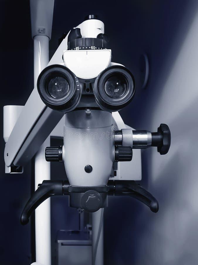 Microscope binoculaire endodontic dentaire professionnel image libre de droits