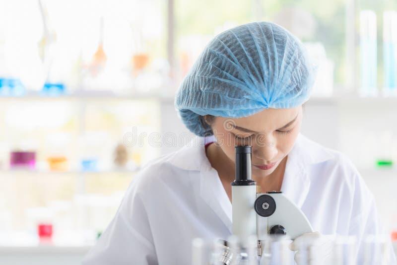 Microscope de throgh de regard de scientifique image libre de droits