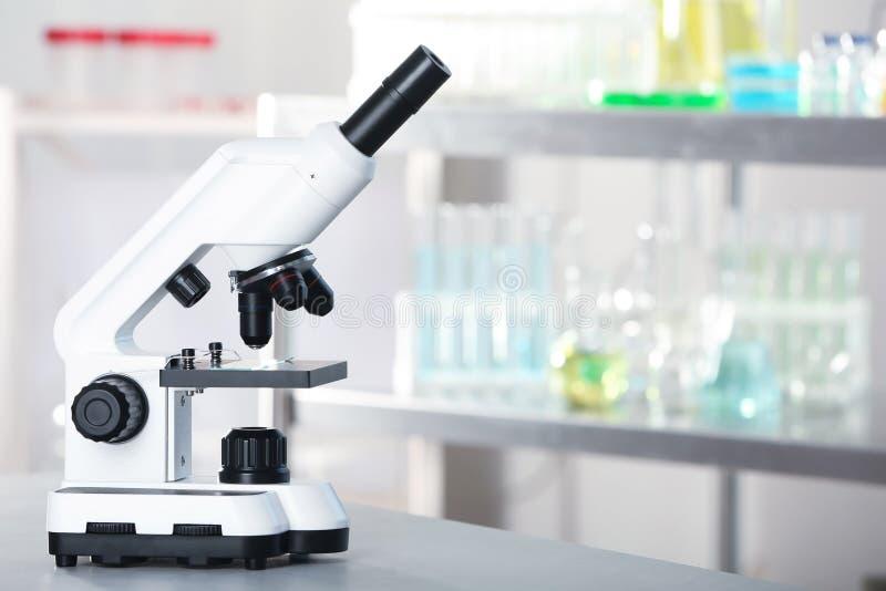 Microscope moderne sur la table dans le laboratoire photos stock
