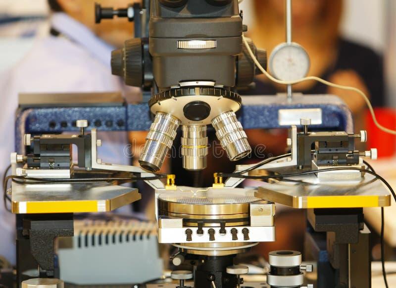 Download Microscope Pour Commander La Puce Image stock - Image du lentille, métal: 56489029